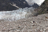 Hiker on glacier moraine — Stockfoto