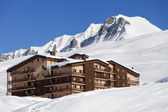 Hotel in winter mountains — Stockfoto