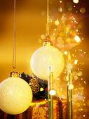 Noël-nature morte avec des bougies et boules de noël — Photo