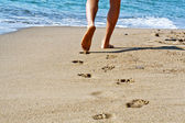 Hike along the beach with bare feet sea — Stock Photo