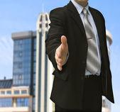 Hombre con la mano abierta listo para sellar un trato — Foto de Stock
