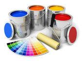 Plechovky s barvou barva, válec štětec a barvy průvodce — Stock fotografie