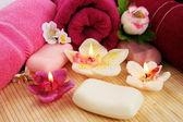 Havlular, sabunlar, çiçekler, mumlar — Stok fotoğraf