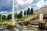 Fountain and Palace in Petrodvorets - Peterhof, Saint Petersburg, Russia — Stock Photo