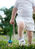 Małe dziecko w zielonej trawie — Zdjęcie stockowe