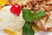 Ice cream with honey — Stock Photo