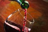 Rotwein wird in Weinglas gegossen — Stockfoto