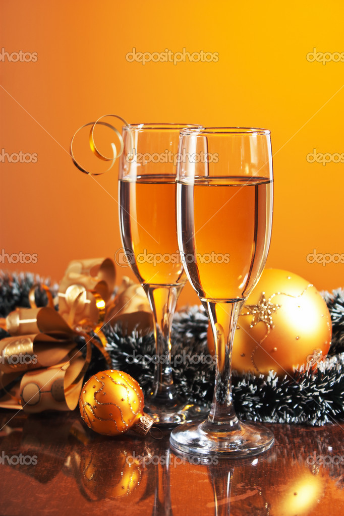 Two glasses of wine and Christmas decoration — Stockfoto #12121069