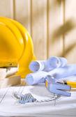Chiodi, martello da carpentiere casco e bluprints — Foto Stock