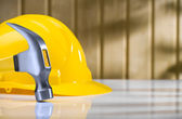 Claw hammer ond helmet on table — Foto de Stock