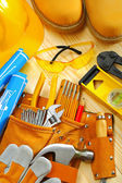 Composição de ferramentas de carpintaria em tábuas de madeira — Fotografia Stock