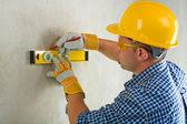 Werknemer met bouw niveau en potlood — Stockfoto