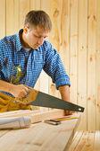 Trabalhador trabalha com serrote — Foto Stock