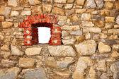 старая стена замка с окном — Стоковое фото