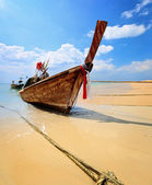 Traditional Thai longtail boat on beach — Stock Photo