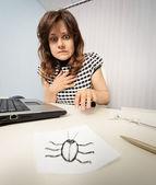 Kobieta boi się z papieru karalucha — Zdjęcie stockowe