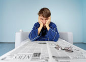 Man met krant - moeilijk een baan vinden — Stockfoto
