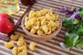 Uncooking pasta i bambu skål — Stock fotografie