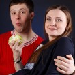 Young couple is eating apple — Stock Photo