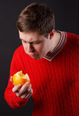 The guy squeezes the juice from the orange — Stock Photo