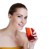 Gelukkig jonge mooie vrouw houden glas vers sap — Stockfoto