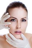 Toucher la tête d'un beau visage féminin de la chirurgie plastique — Photo