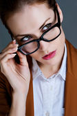 Femme d'affaires belle avec des lunettes. portrait de close-up — Photo