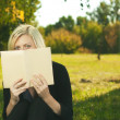 Student girl reading in park — Stock Photo