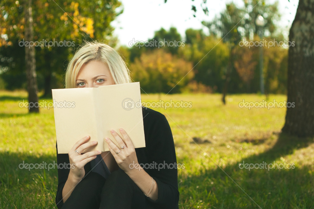 Student girl reading in park — Stock Photo #11974126