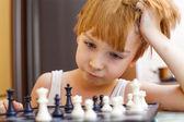 Chłopiec gra w szachy — Zdjęcie stockowe