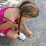 Girl draws on the asphalt 5068 — Stock Photo