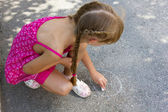 Girl draws on the asphalt 5068 — Stock Photo