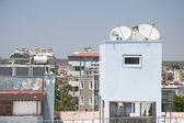 Parabolantenner på tak — Stockfoto