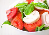 Fresh green salad with mushrooms, tomatoes and basil — Stock Photo