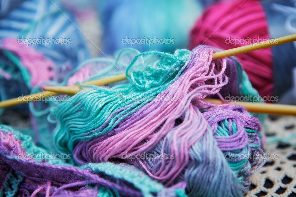 Knitted wool and pin on a table — Stock Photo #11936142