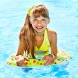 Little girl in swimming pool. — Foto Stock