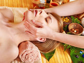 Femme se massage facial. — Photo