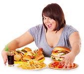 Kvinna äta snabbmat. — Stockfoto