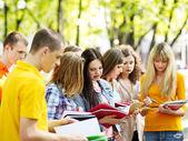 étudiant de groupe avec le livre en plein air. — Photo