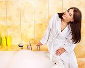 若い女性の浴室. — ストック写真