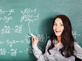小学生が黒板に書く. — ストック写真