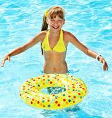 Kleine mädchen im schwimmbad. — Stockfoto