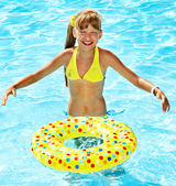 Malá holčička v bazénu. — Stock fotografie