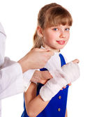 Child with broken arm — Stock Photo