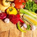 verduras frescas en tableros de madera — Foto de Stock