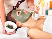 Clay facial mask in beauty spa. — Foto Stock