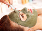 Ton-gesichtsmaske im beauty spa. — Stockfoto