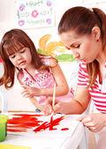 Niño pintura en caballete. — Foto de Stock
