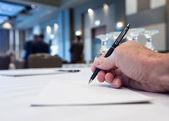 手でテーブルと会議室 — ストック写真