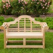Teak chair or bench on green lawn — Stockfoto